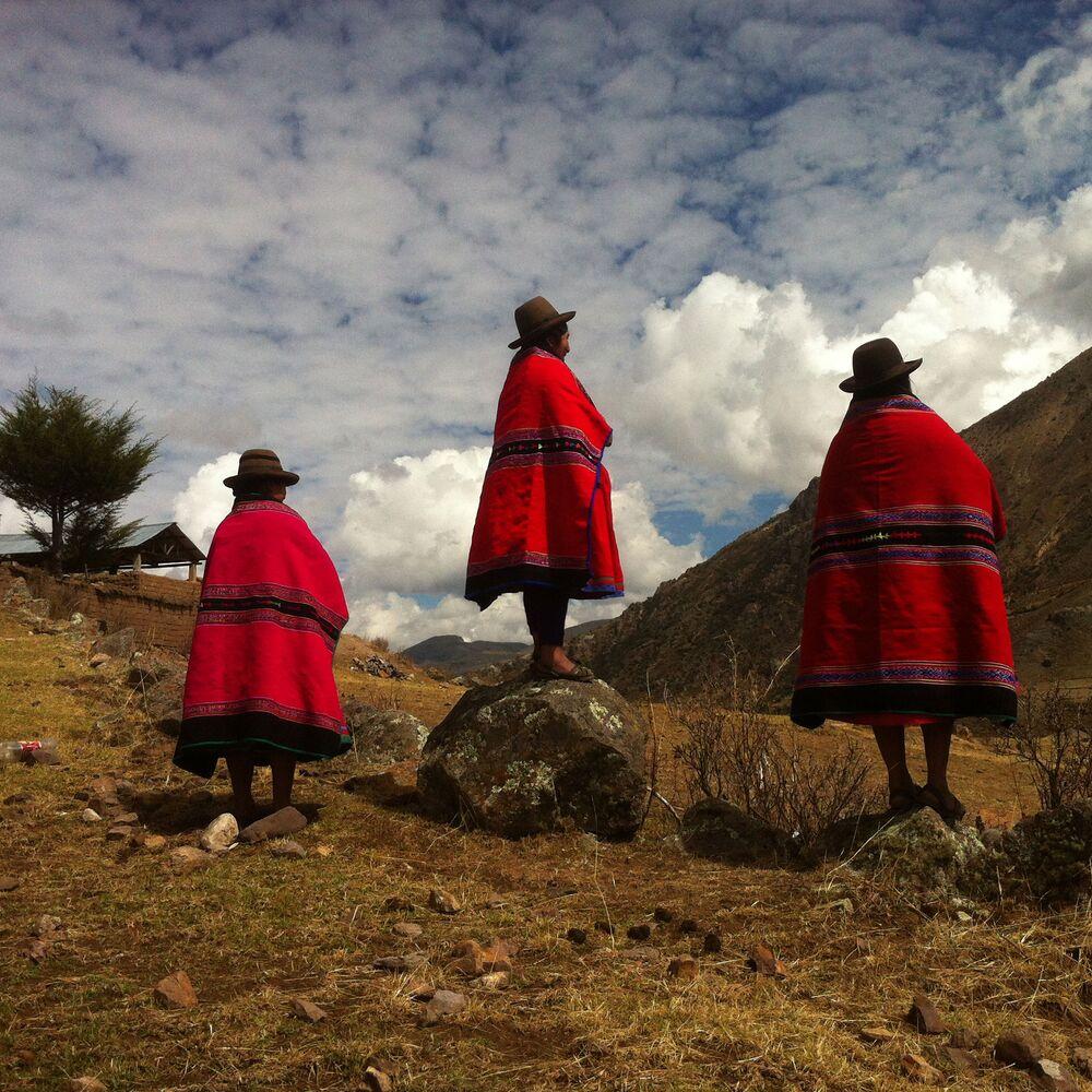 صورة بعنوان الحياكة لشفاء الجروح، للمصور أومار لوكاس من بيرو، الحائزة على الجائزة الرئيسية في فئة التصوير الناس في جوائز مسابقة مصور العام في التصوير بواسطة الهاتف المحمول أيفون لعام 2020