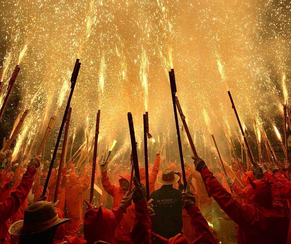 صورة بعنوان الشياطين تنير السماء، للمصور الإسباني فيرناندو ميرلو، الحائزة على الجائزة الرئيسية في فئة التصوير أخبار/ الأحداث في جوائز مسابقة مصور العام في التصوير بواسطة الهاتف المحمول أيفون لعام 2020