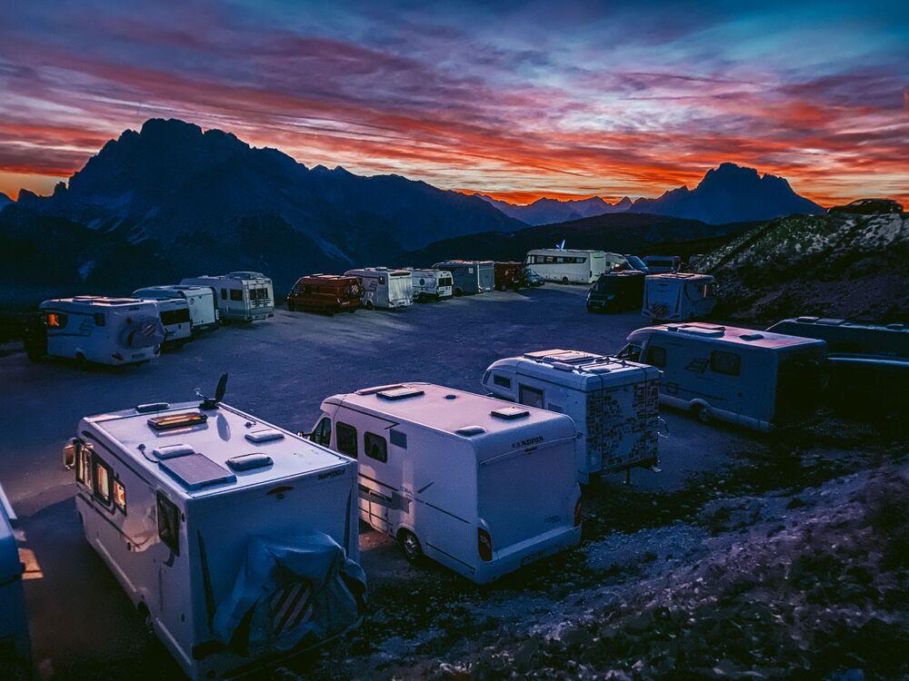 صورة بعنوان حل الليل في جبال الدولوميت، للمصور ليو تشان من هونغ كونغ، الحائزة على الجائزة الرئيسية في فئة التصوير الغروب في جوائز مسابقة مصور العام في التصوير بواسطة الهاتف المحمول أيفون لعام 2020