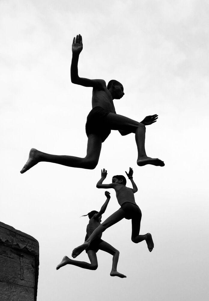صورة بعنوان الصبيان يحقلون، للمصور البريطاني ديمبي بهالوتيا، الحائزة على الجائزة الكبرى في مسابقة مصور العام في التصوير بواسطة الهاتف المحمول أيفون لعام 2020
