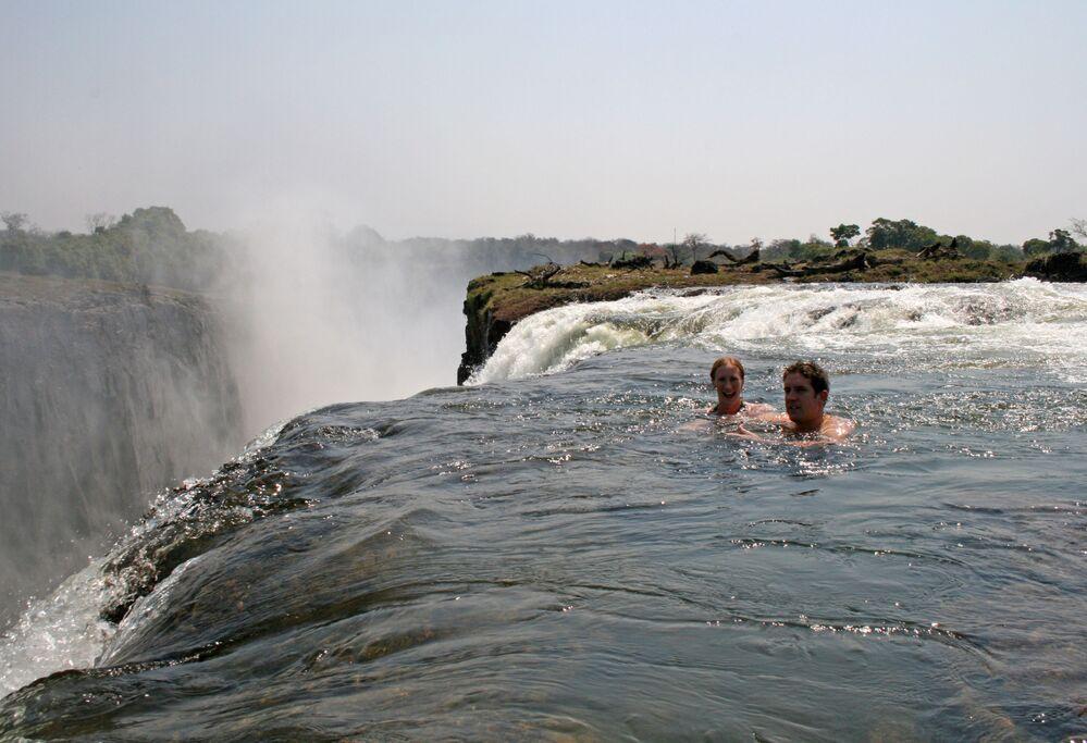 مسبح الشيطان في شلالات فيكتوريا بين دولتيّ زامبيا وزيمبابوي