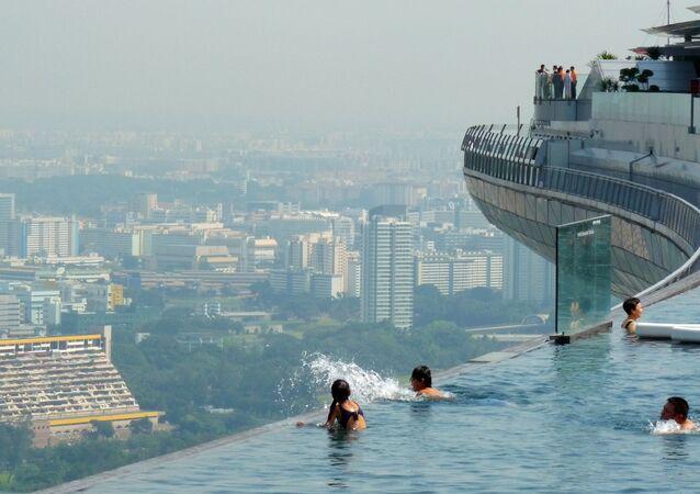 مسبح اللانهاية من أعلى سطح إحدى ناطحات السحاب في سنغافورة