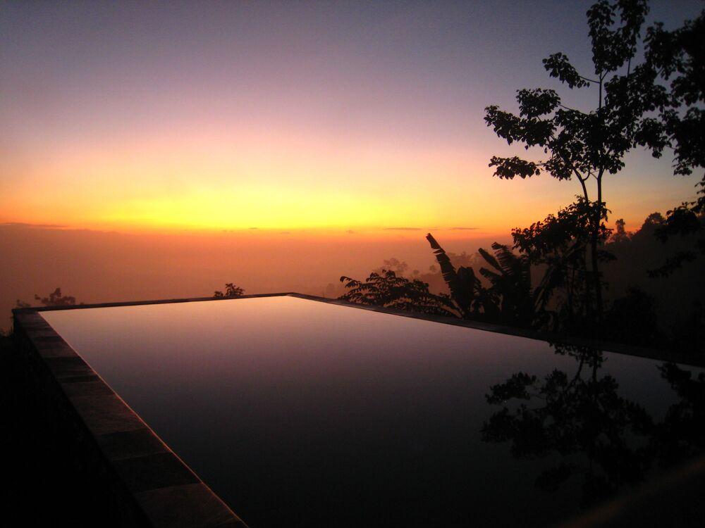 منظر يطل على مسبح يلتقي بالسماء في بالي