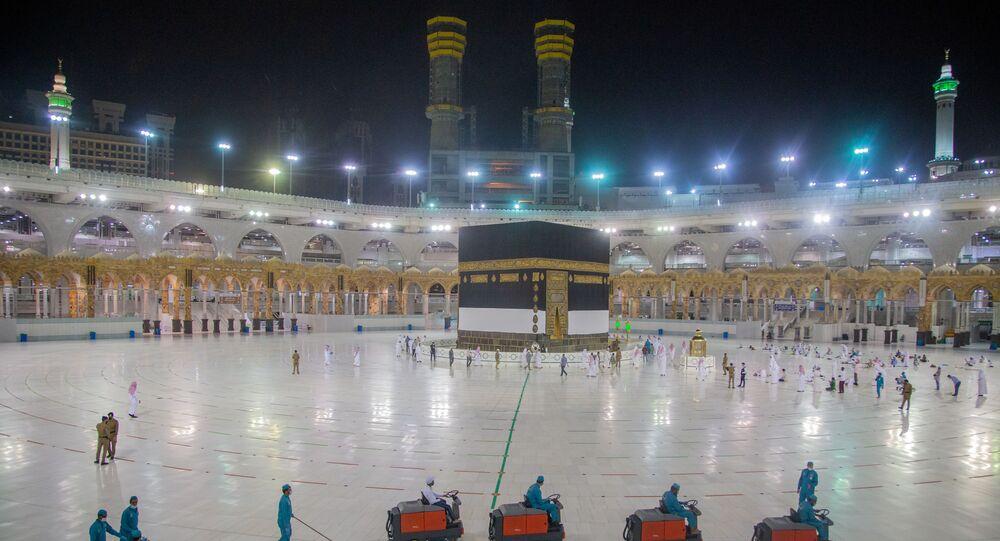 آخر التحضيرات قبل بدء مراسم الحج، تعقيم أرضية المسجد الحرام ضمن الاجراءات الاحترازية التي فرضتها السلطات السعودية، وذلك لمنع تفشي فيروس كورونا، 28 يوليو 2020