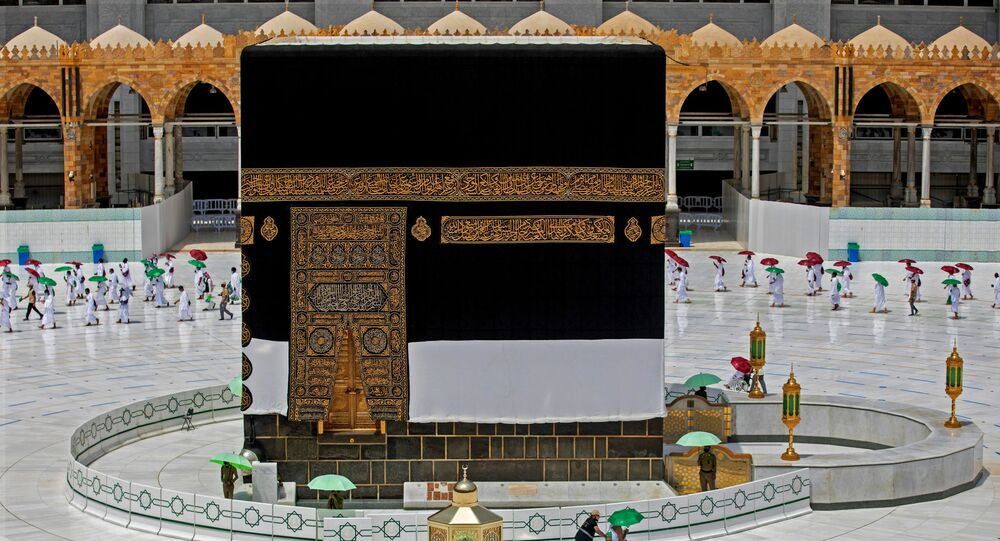 الصورة في الأسفل - الحجاج في مكة في العام الماضي، 13 أغسطس 2019، والصورة في الأعلى - الحجاج في مكة اليوم، 29 يوليو 2020