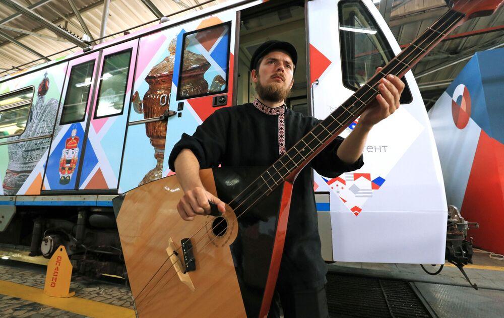 مراسم احتفالية قبل إطلاق قطار مترو  مخصص للفنون الشعبية والحرف اليدوية الروسية في محطة قطارات المترو كراسنايا بريسنيا في موسكو، 27 يوليو 2020