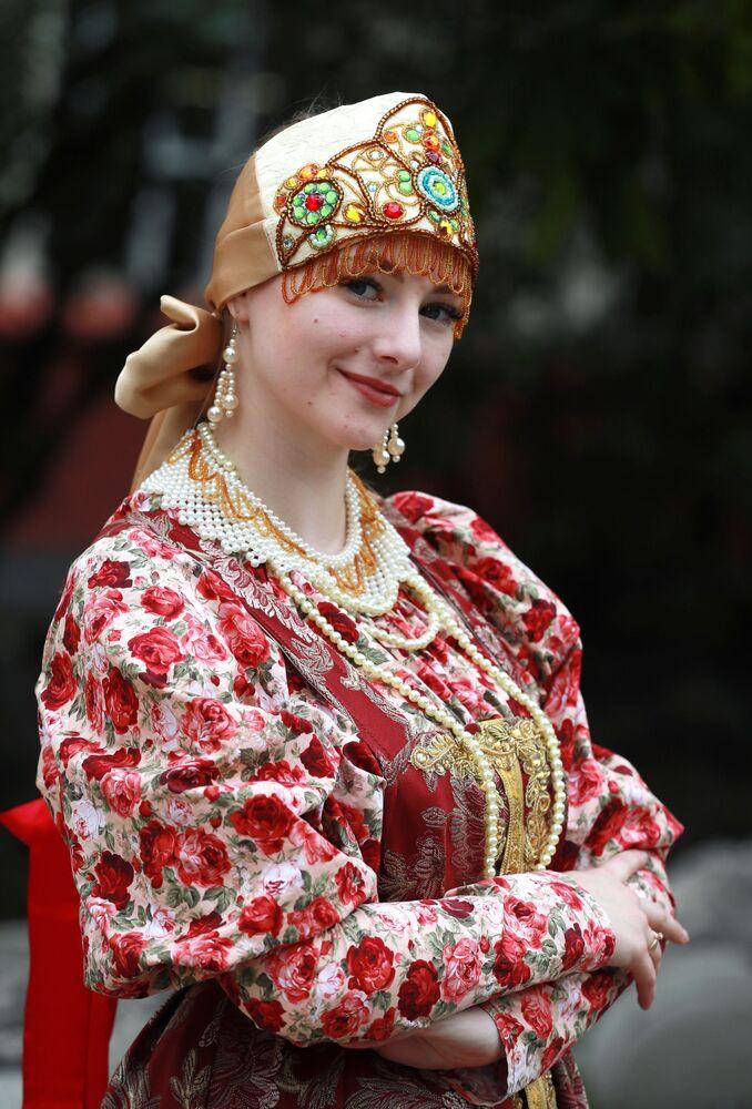 امرأة ترتدي زبا تقليديا شعبيا أثناء مراسم إطلاق قطار مترو  مخصص للفنون الشعبية والحرف اليدوية الروسية في محطة قطارات المترو كراسنايا بريسنيا في موسكو، 27 يوليو 2020