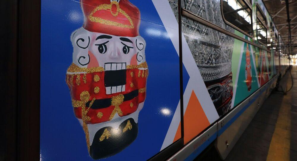 إطلاق قطار مترو  مخصص للفنون الشعبية والحرف اليدوية الروسية في محطة قطارات المترو كراسنايا بريسنيا في موسكو، 27 يوليو 2020