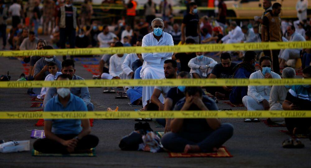 العراقيون أثناء صلاة عيد الأضحى وسط قيود مشددة لمنع انتشار فيروس كورونا في بغداد، العراق، 31 يوليو 2020