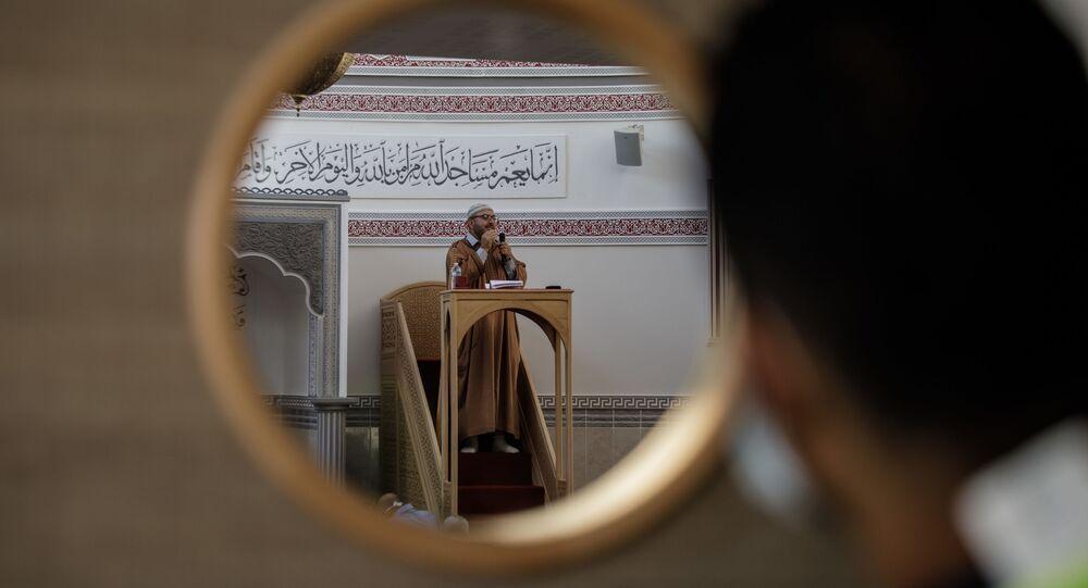 المصلون الفرنسيون أثناء صلاة عيد الأضحى في مسجد مريم في مدينة كاين، شمال غرب فرنسا، 31 يوليو 2020