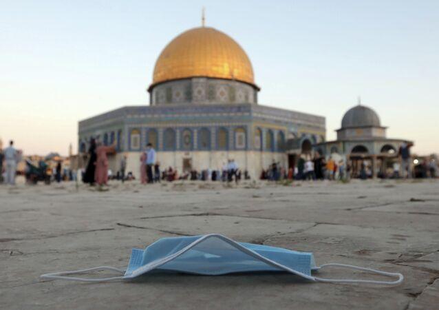 كمامة طبية على خلفية مسجد قبة الصخرة في القدس، فلسطين 31 يوليو 2020