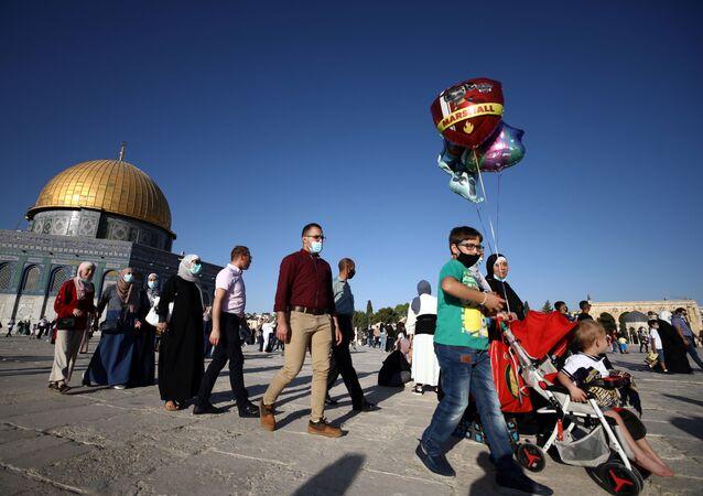 الفلسطينيون بعد صلاة عيد الأضحى في ساحة مسجد قبة الصخرة في القدس، فلسطين 31 يوليو 2020