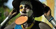 امرأة من قبيلة سوري يزين وجهها قرص شفاه، في منطقة وادي أومو جنوب إثيوبيا
