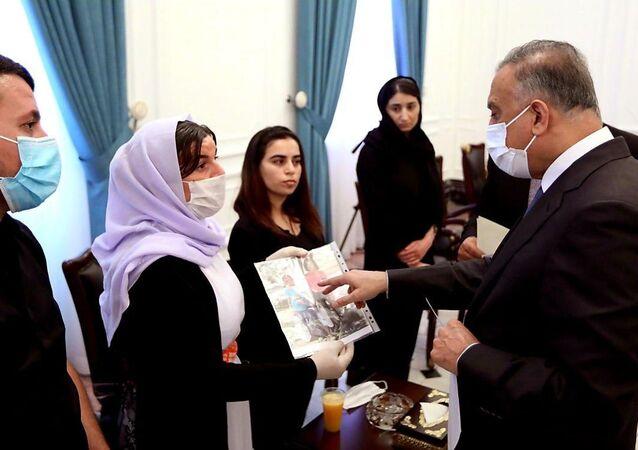 لأول مرة في تاريخ العراق... فتاة حسناء تعتلي كرسي رئاسة الحكومة... صور