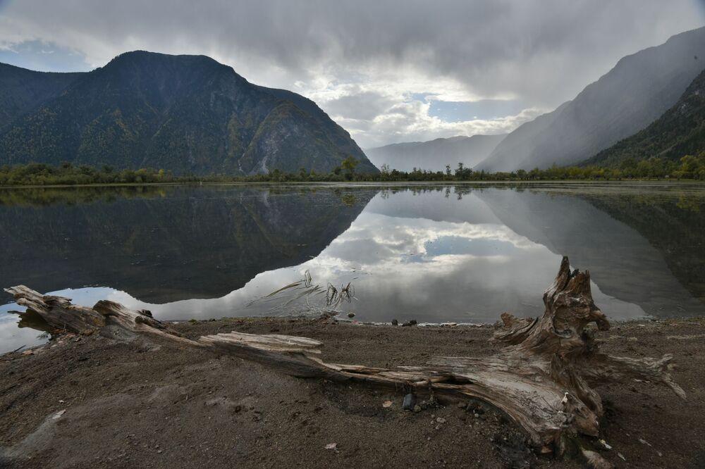 منحدر كيرساي والضفة الجنوبية لبحيرة تيليتسكويه في جمهورية ألتاي الروسية
