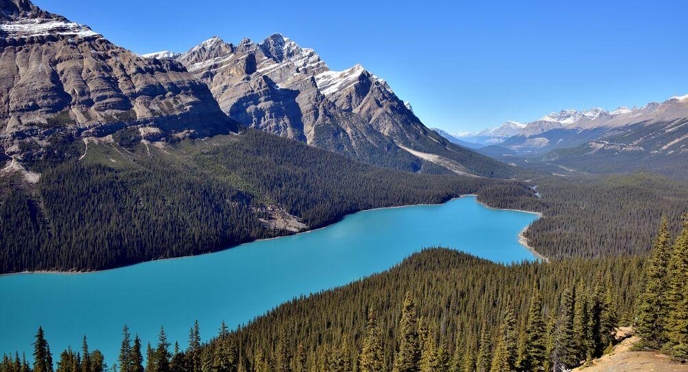 منظر يطل على بحيرة بيتو في جبال روكي بمنتزه بانف الوطني، كندا