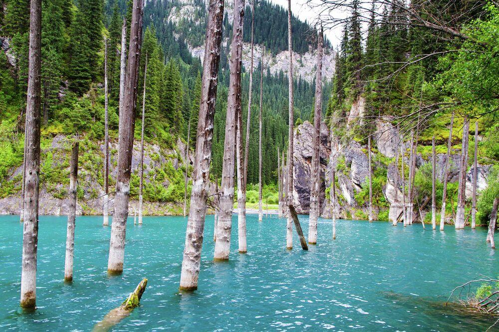 بحيرة كايندي في مضيق كونغي أباتاو، كازاخستان