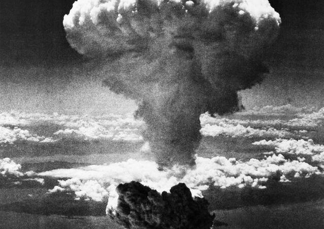 صورة بتاريخ 9 أغسطس/ آب 1945 - يظهر على هذه الصورة سحابة على شكل فطر ضخم، بعد إلقاء الولايات المتحدة قنبلة ذرية على صورة بتاريخ 9 أغسطس/ آب 1945 - يظهر على هذه الصورة سحابة على شكل فطر ضخم، بعد إلقاء الولايات المتحدة قنبلة ذرية على ناغازاكي، اليابان
