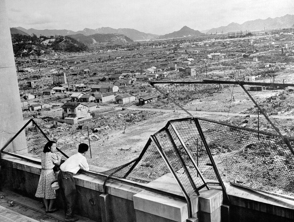 صورة لمشهد يطل على مدينة هيروشيما المدمرة في عام 1948