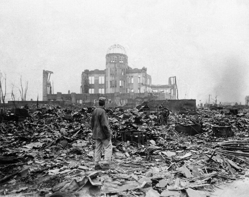 مراسل صحفي يقف أمام سينما مهجورة في هيروشيما، 8 سبتمبر/ أيلول 1945