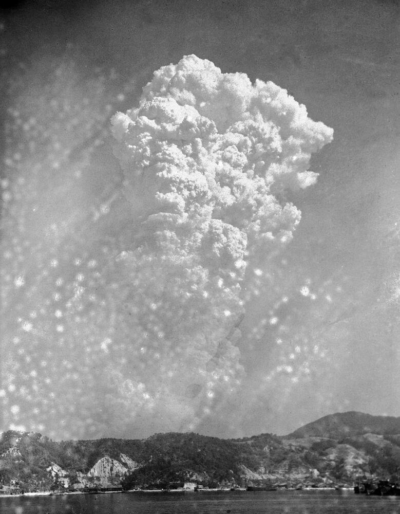سحابة من الدخان بعد قصف هيروشيما باقنبلة ذرية في 6 أغسطس/ آب 1945