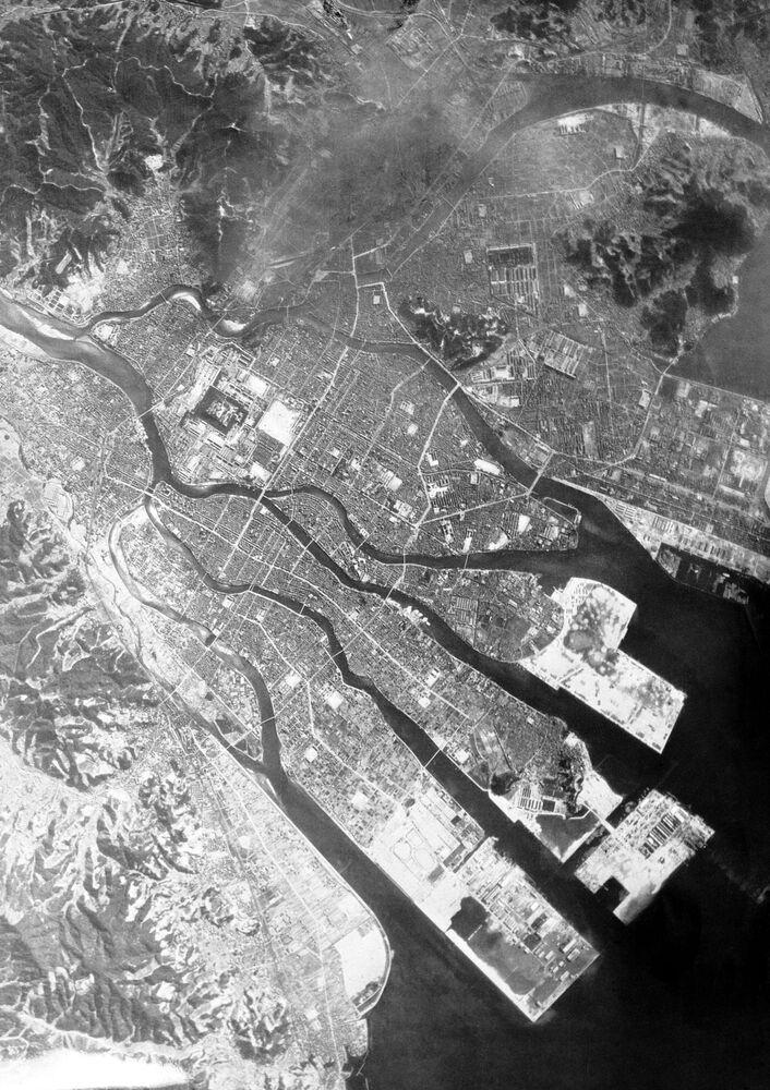 صورة من الجو على مدينة هيروشيما بعد ضربها بقنبلة ذرية من قبل سلاح الجو الأمريكي، عام 1945