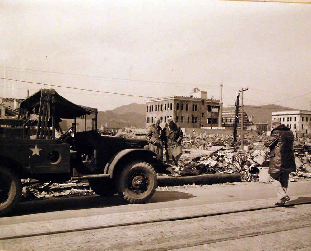 الجيش الأمريكي في شوارع مدينة هيروشيما المدمرة بعد الهجوم الذري على اليابان