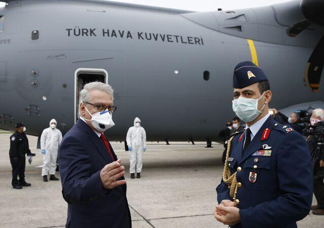 طائرة عسكرية تركية تحمل مساعدات طبية