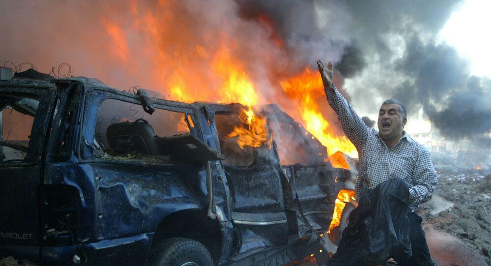 سيارة تشتعل جراء الانفجار المدمر الذي ضرب مرفأ بيروت
