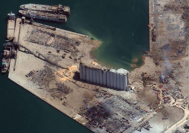 صورة أقمار صناعية، بتاريخ 5 أغسطس/ آب، تم الحصول عليها بإذن من شركة ماكسار تكنولوجيز الأمريكية، تظهر لمحة عامة لمرفأ بيروت بعد الانفجار في 4 أغسطس 2020.