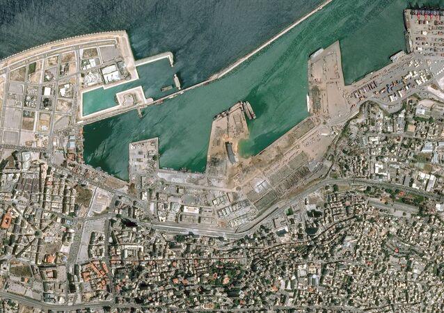 صورة أقمار صناعية، بتاريخ 5 أغسطس/ آب، تم الحصول عليها بإذن من المركز الوطني للدراسات الفضائية الفرنسية، تظهر مرفأ بيروت بعد الانفجار في 4 أغسطس/ آب 2020.