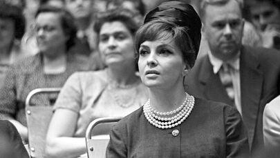 الممثلة الإيطالية جينا لولوبريجيدا خلال مراسم افتتاح مهرجان موسكو السينمائي الدولي الثاني، 1961