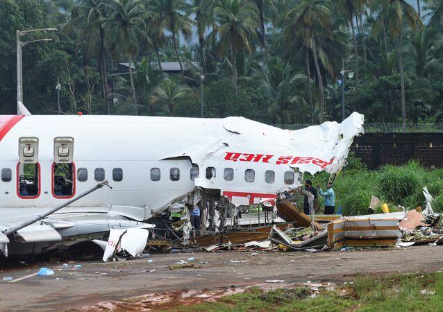 تحطم طائرة بعد هبوطها في مطار كاليكوت الدولي في الهند