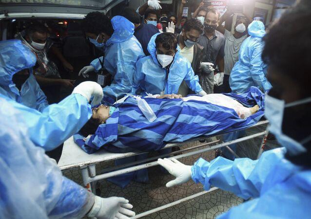 إجلاء الجرحى في حادث تحطم طائرة من طراز بوينغ 737 إير إنديا إكسبريس في الهند