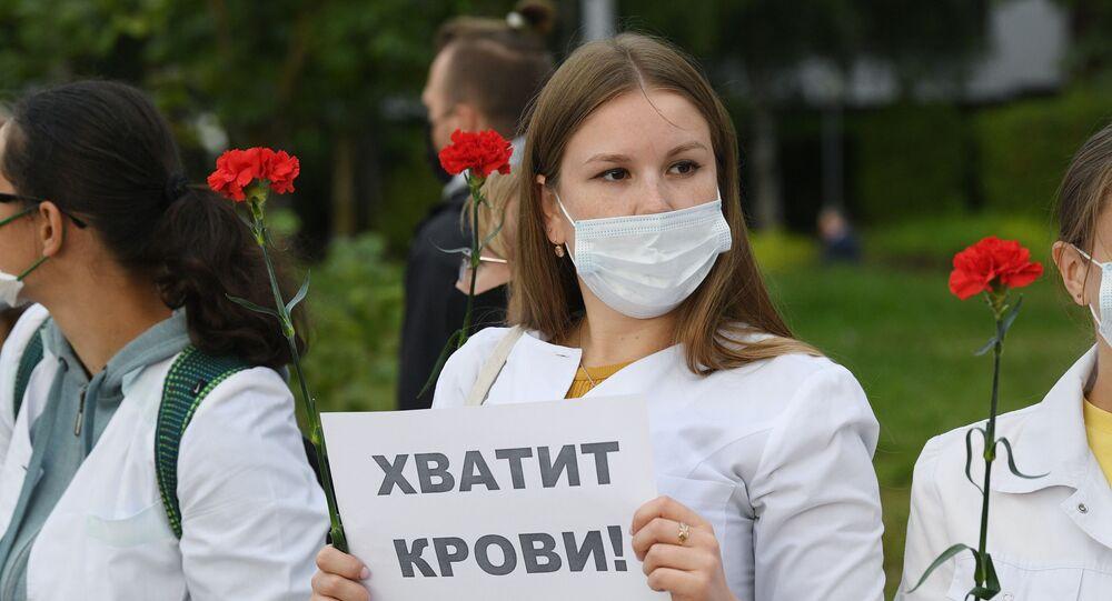 نساء بيلاروسيا بالزي الأبيض في مسيرة سلمية
