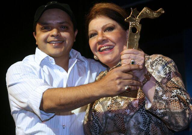الفنانة المصرية شويكار مع الفنان المصري محمد هنيدي