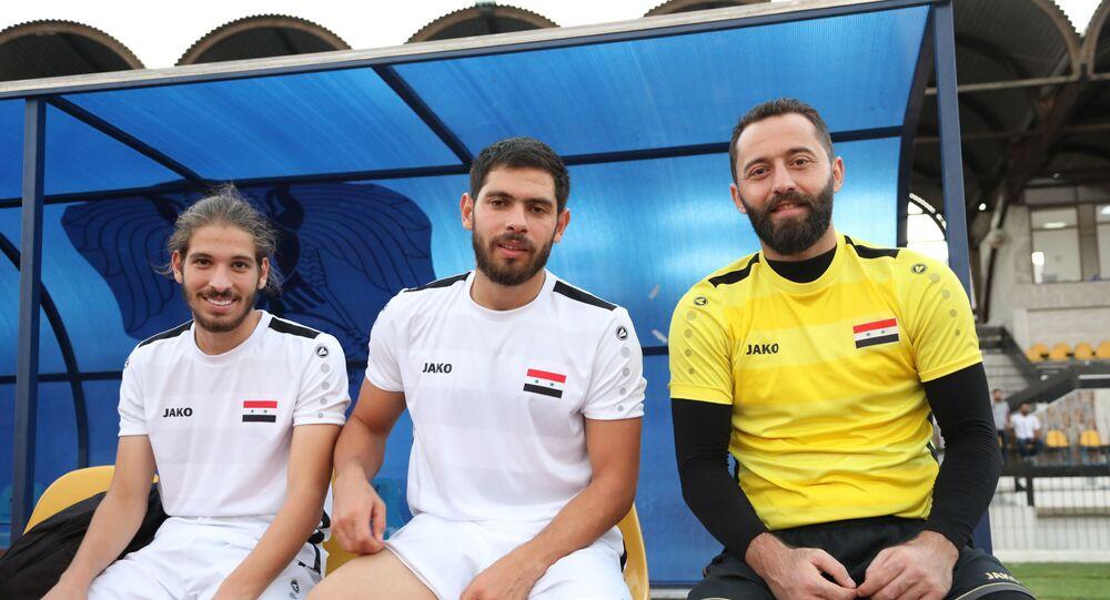 حارس منتخب سوريا أحمد مدنية واللاعبين خالد كردغلي ومحمد مالطا