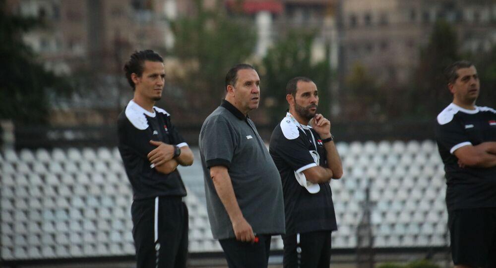 نبيل معلول مدريب منتخب سوريا لكرة القدم في حصة تدريبية