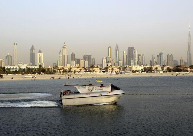 سفينة إماراتية بالقرب من برج خليفة