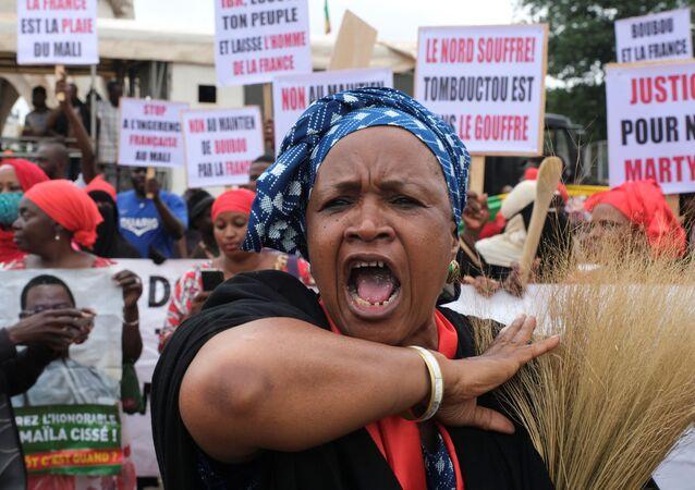 المعارضة المالية تتجمع في ميدان الاستقلال في باماكو بعد الانقلاب العسكري الذي أطاح بالرئيس إبراهيم بوبكر كيتا 18 أغسطس آب