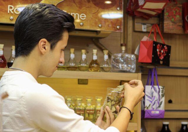 الشاب السوري أنس عباس الملقب بالأنف الذهبي أصغر عطار سوري