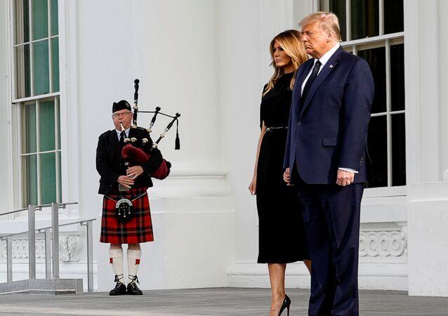 الرئيس الأمريكي دونالد ترامب وزوجته ميلانيا ترامب في حفل تأبين خاص لشقيقه روبرت ترامب في البيت الأبيض بواشنطن، 21 أغسطس/ آب 2020