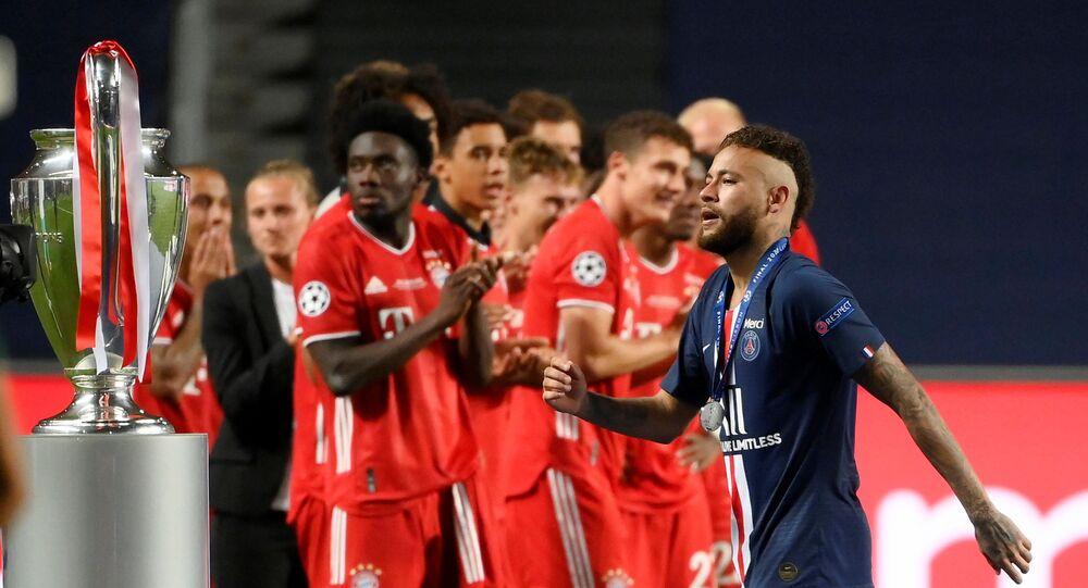 نيمار يمر بجوار كأس دوري أبطال بعد الخسارة أمام بايرن ميونخ 23 أغسطس آب