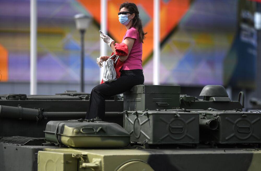 زائرة خلال افتتاح معرض أرميا 2020 الدولي للأسلحة والمعدات العسكرية في الحديقة العسكرية الوطنية باتريوت بضواحي موسكو
