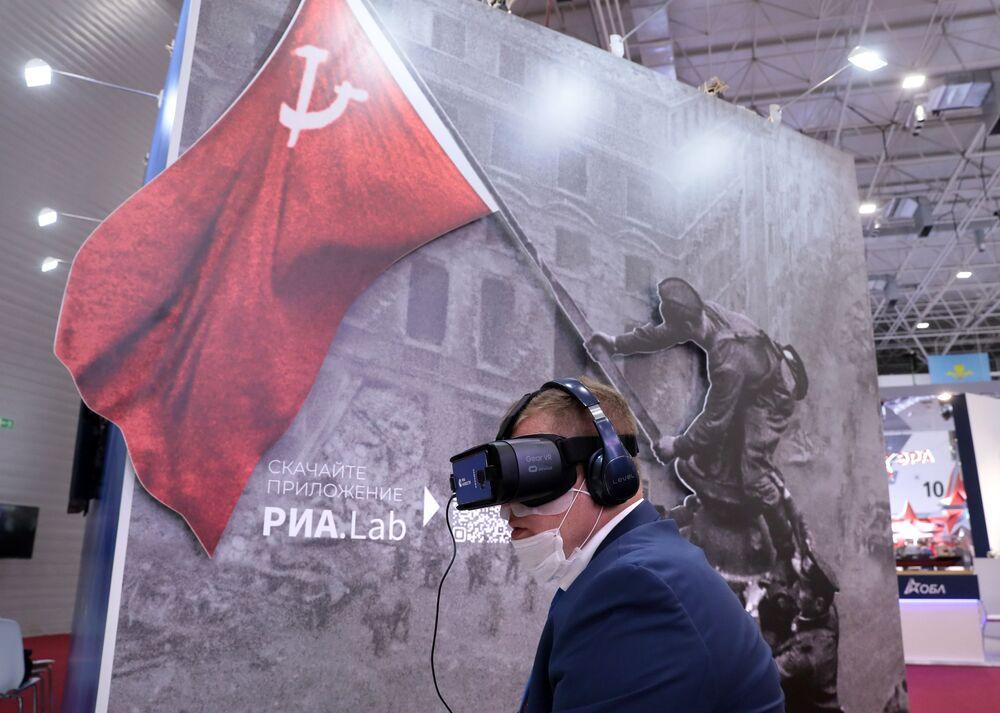 افتتاح معرض أرميا 2020 الدولي للأسلحة والمعدات العسكرية في الحديقة العسكرية الوطنية باتريوت بضواحي موسكو - عرض نظارات مشروع الواقع الافتراضي ني إزفيستني زنامينوسيتس