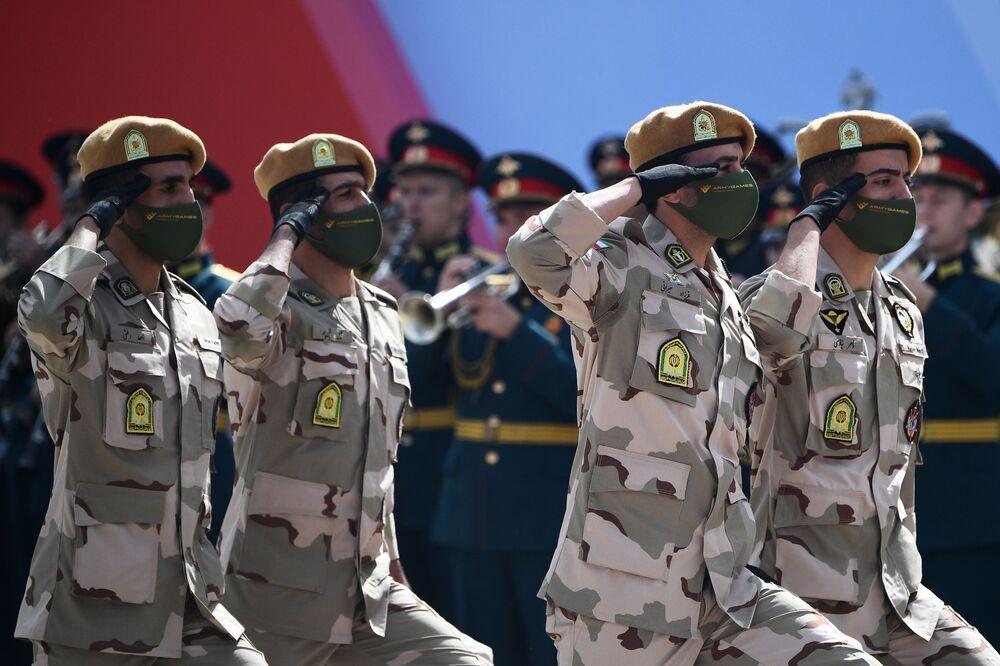 عسكريون إيرانيون خلال افتتاح معرض أرميا 2020 الدولي للأسلحة والمعدات العسكرية في الحديقة العسكرية الوطنية باتريوت بضواحي موسكو