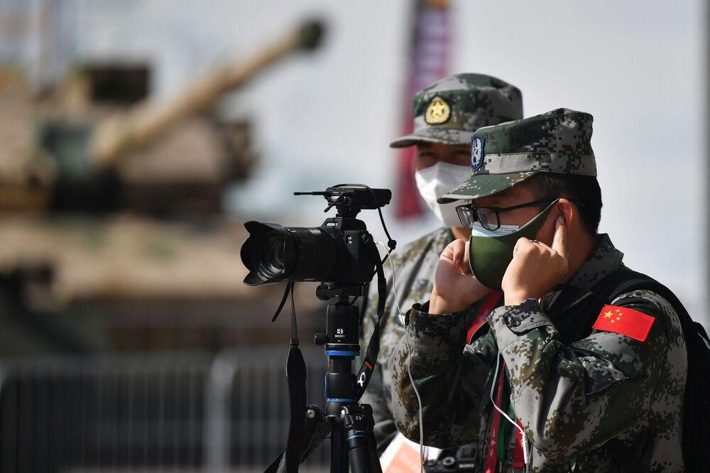 عسكريون صينيون خلال افتتاح معرض أرميا 2020 الدولي للأسلحة والمعدات العسكرية في الحديقة العسكرية الوطنية باتريوت بضواحي موسكو