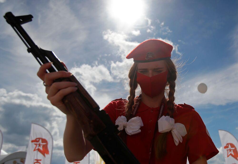 أحد أفراد الجيش اليافع يون أرمي يحمل بندقية كلاشنيكوف في معرض أرميا 2020 الدولي للأسلحة والمعدات العسكرية في الحديقة العسكرية الوطنية باتريوت بضواحي موسكو
