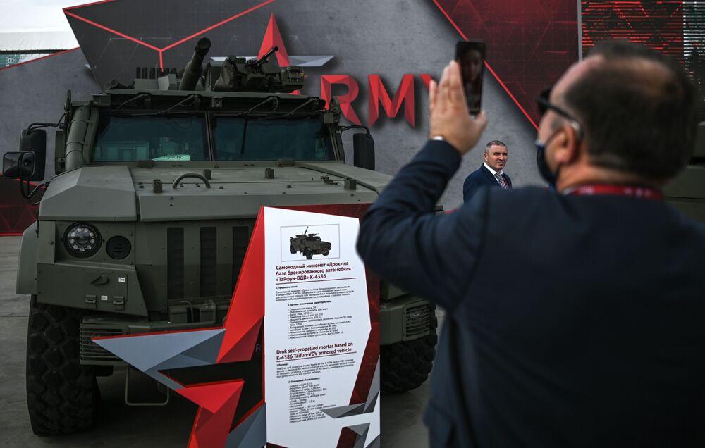 مركبة مجهزة بمدفع ذاتي الدفع من طراز دروك، على أساس مدرعو تايفون، في معرض أرميا 2020 الدولي للأسلحة والمعدات العسكرية في الحديقة العسكرية الوطنية باتريوت بضواحي موسكو