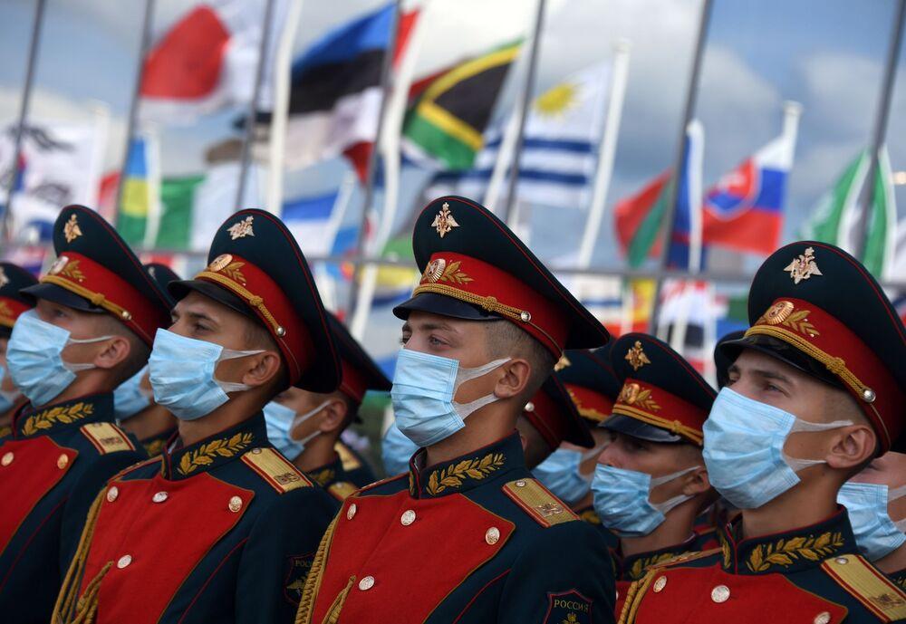 عسكريون روس من فيلق بريوبراجينسكي رقم 154 خلال افتتاح معرض أرميا 2020 الدولي للأسلحة والمعدات العسكرية في الحديقة العسكرية الوطنية باتريوت بضواحي موسكو